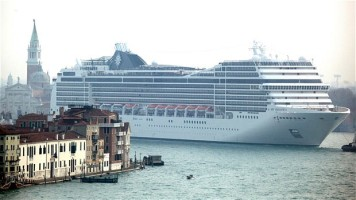 cruise-ship-travels-on-venice-canals