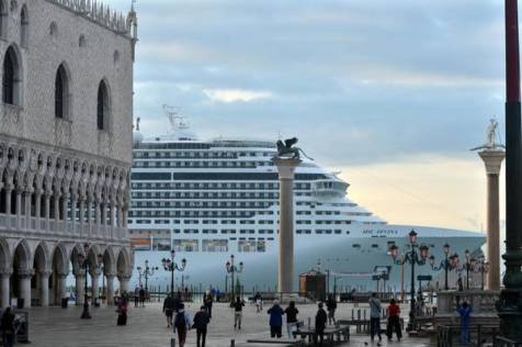 Venezia: grandi navi, blitz centri sociali all'Aeroporto